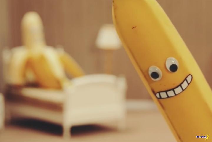Мужик гей надевает желтый презерватив 7 фотография