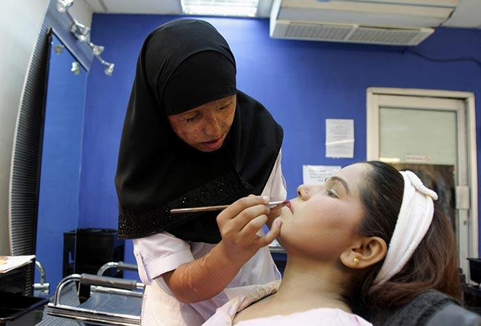Вот оно торжество мусульманского Саира Лиакат делает макияж